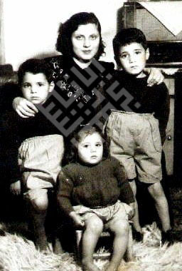 Itani_Abed_Itani_with_Mother_Brother_Moustafa_and_Sister_Hoda-wm.jpg